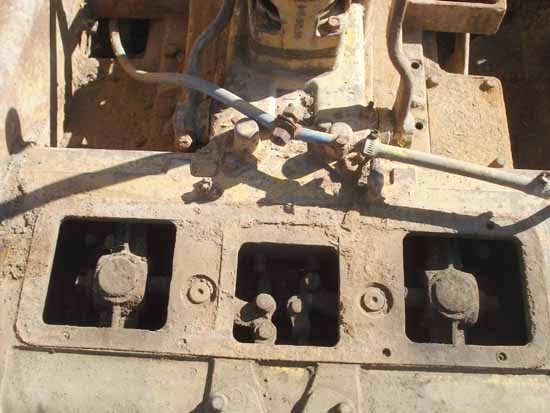 Caterpillar D4-7U series bulldozer steering clutch removal and